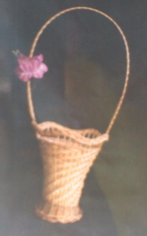 Ваза малая волнистая на ножках с плетёной ручкой