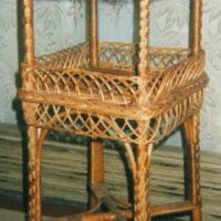 Плетёный двух ярусный коридорный столик