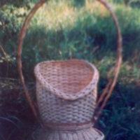 Выставочная плетеная корзина на ножках со сплетённой двойной ручкой