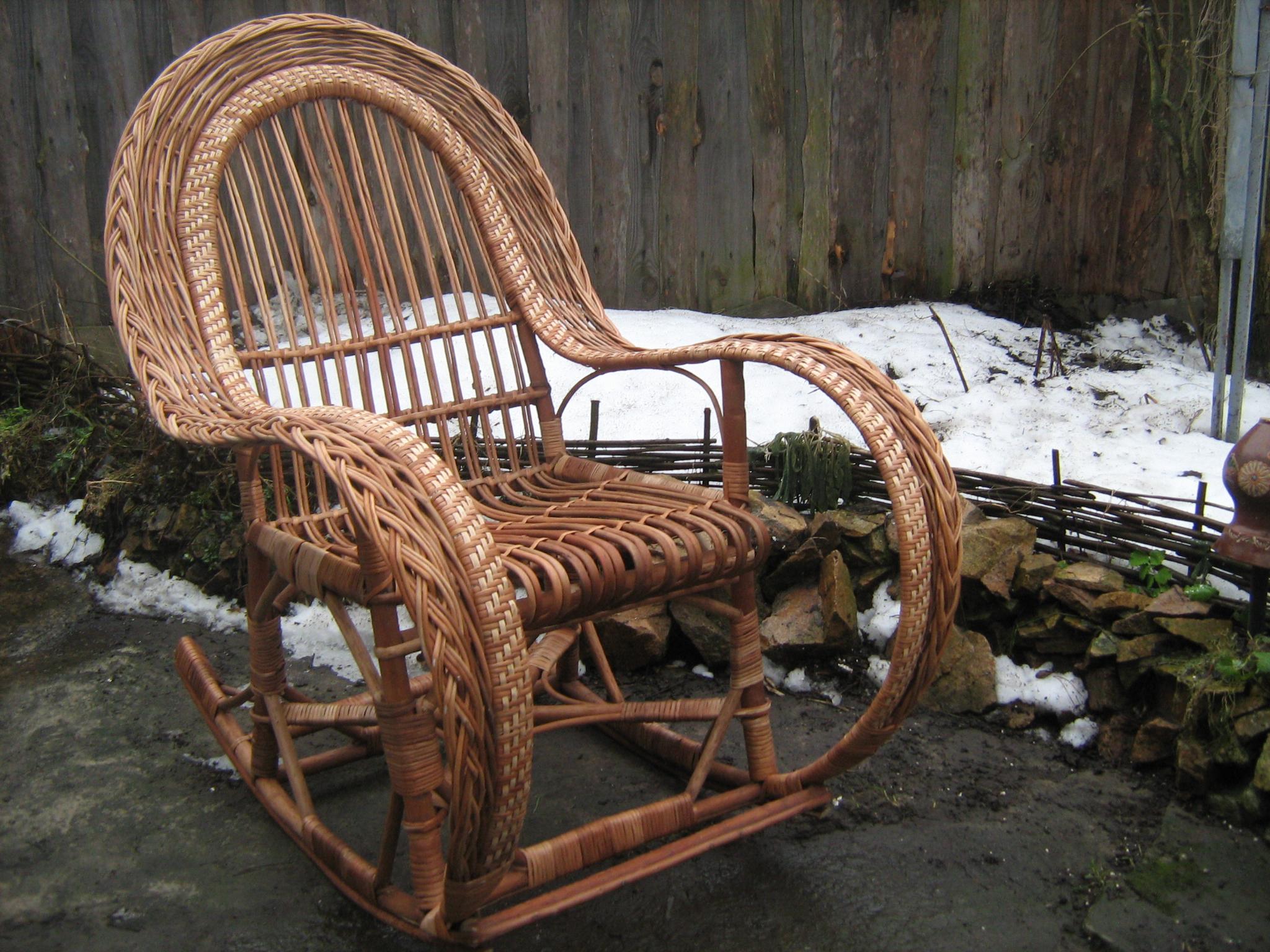 Кресло качалка с закругленными подлокотниками